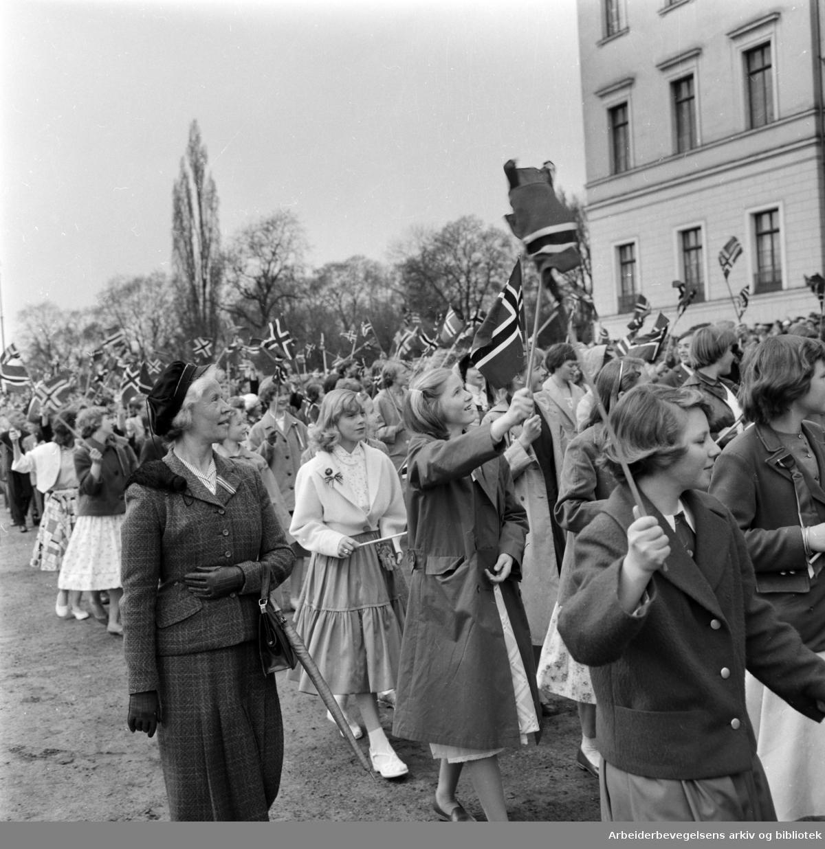 Barnetoget passerer Slottet. 17. mai 1958.