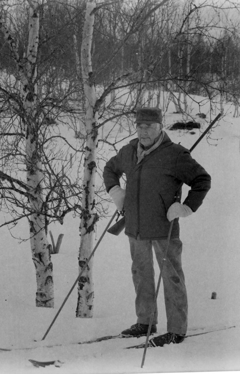"""""""00.00: Ole ble konfirmert i 1911. på dette opptaket snakker han om elg. Temaer som han kommer inn på er første gangen han så elg, elgbestanden før og nå, om de som startet opp med elgjakt, om første og siste gangen Ole jaktet elg, elghunder, elgforvaltning, den største elgen som har blitt skutt i bygda, «russerelgen» og ellers forteller han mange gode jakthistorier.  32.30: Jon forteller jakthistorier fra rypejakta. Han snakker også om rypebestanden og rypeforvaltning. 37.50: storfugl og storfuglbestanden. 38.50: om tømmerhogst utabygds, ved Singsås før og under krigen. Om arbeidet, hvem han arbeidet for og hvem andre fra bygda som jobbet der. 45.15: første traktoren han fikk tak på. 47.45: om forskjellige arbeidsoppgaver på gården (Kristine som ordna med fjøset). 49.35: rypejakt, jakthistorier.  """""""