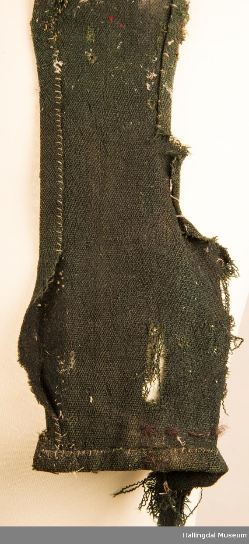 Livet er uforet.  Det er antagelig omsydd av et høyere og bredere liv.  Det har opprinnelig vært sammensydd under erme og ryggen har vært en god del høyere.  Det nederste av ryggen er revet bort.  Sømmen rundt ermåpningene er ikke gjort så pent som sømmen ellers.  Det kan tyde på at livet er lagd smalere på skuldrene enn opprinnelig liv.  Det er sydd sammen for hånd med lintråd.  Livet ble funnet som tetningsmasse ved en gammel peis i Isakrud.  Huset var bygd i 1870.  Da kan vi anta at livet er en god del eldre enn huset.