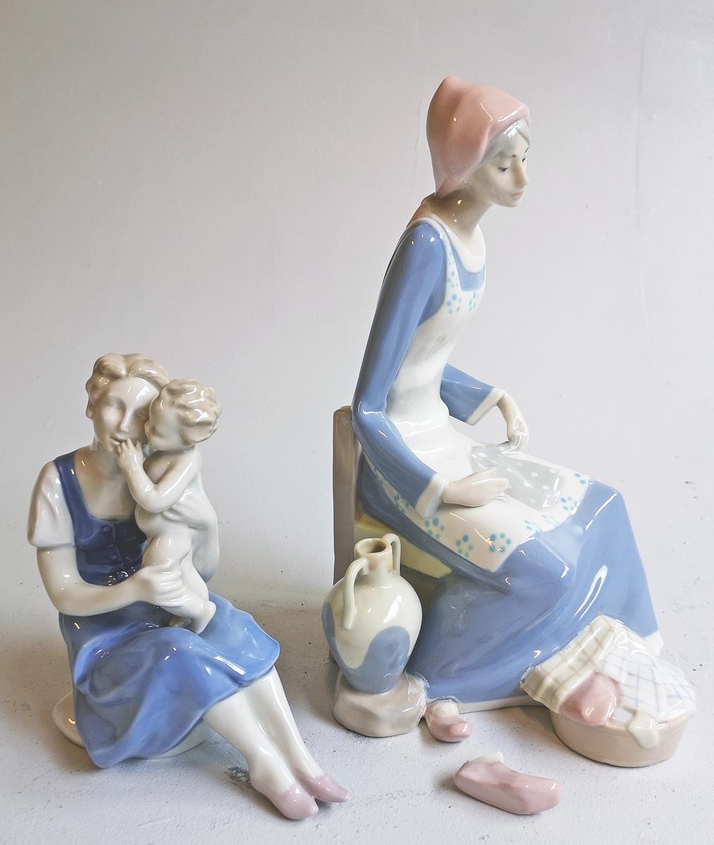 2 nipsfigurar i form av sittjande kvinner