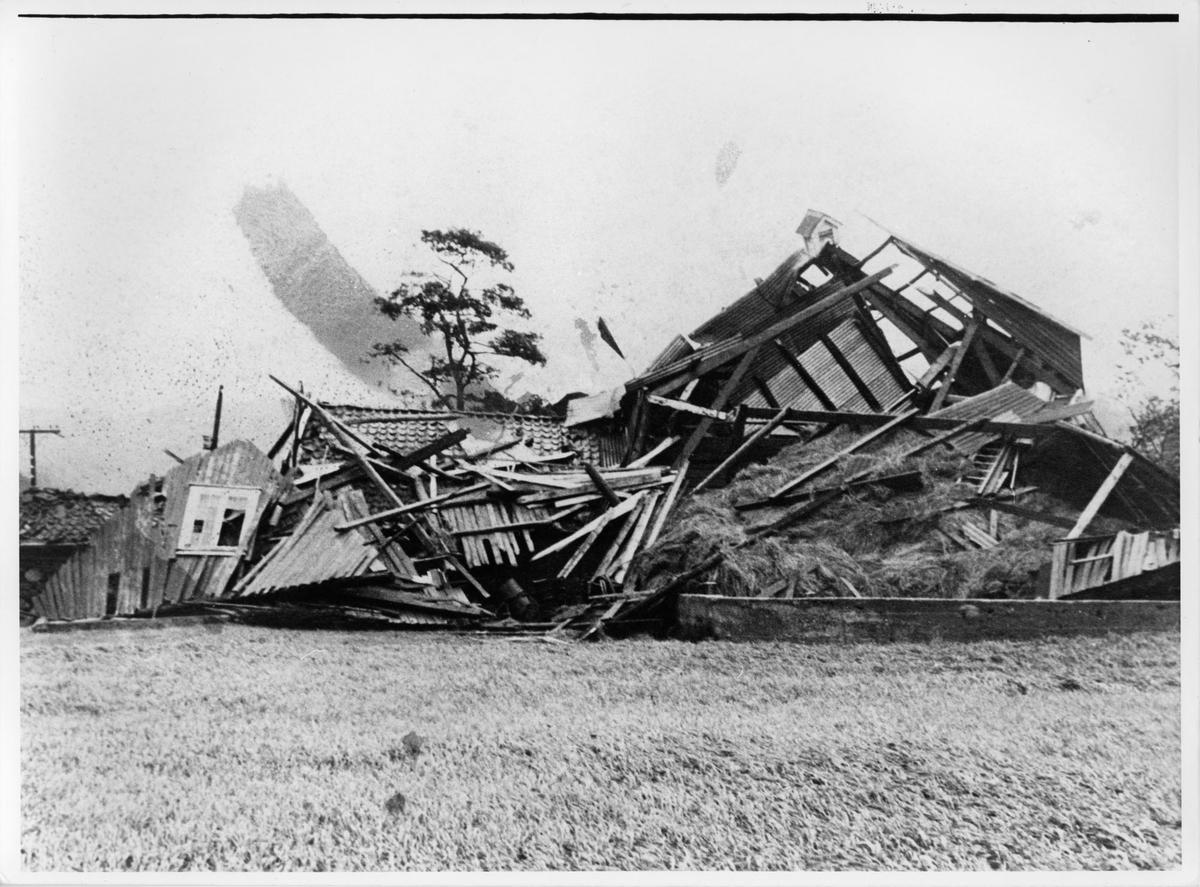 Olaus Hanebergs låve i Sokndal etter stormen 1969