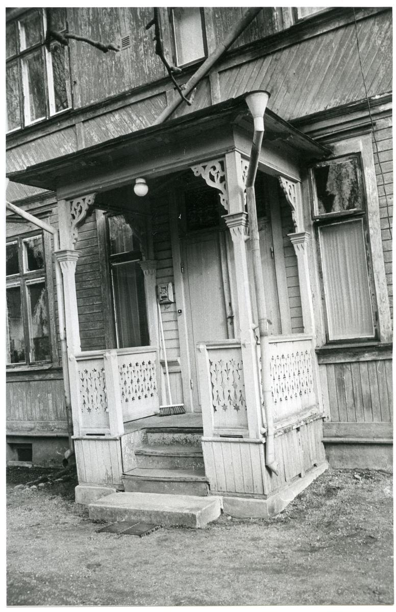 Västerås, Lustigkulla. Bostadens farstubro med snickarglädje, 1972.
