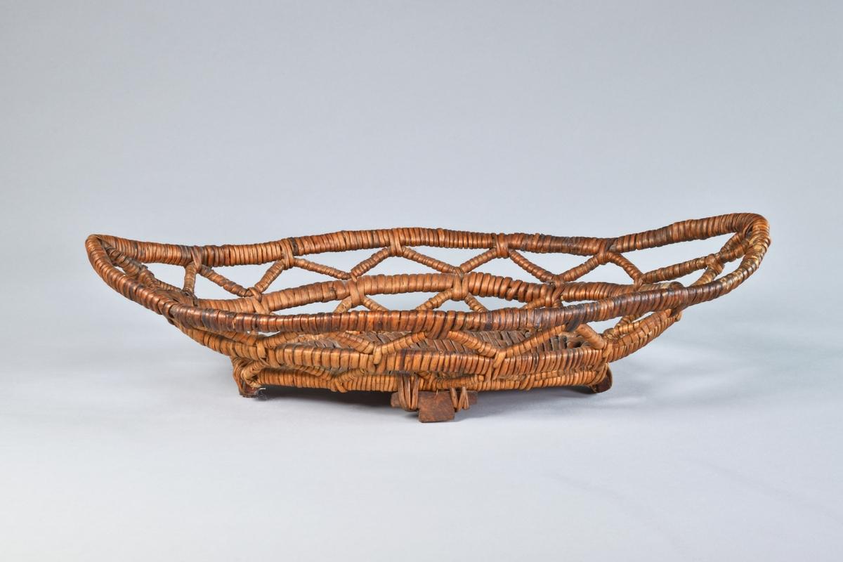 Brödkorg, avlång, genombruten, handgjord av rot. Kopia av Nordiska museet, NM.0124650.