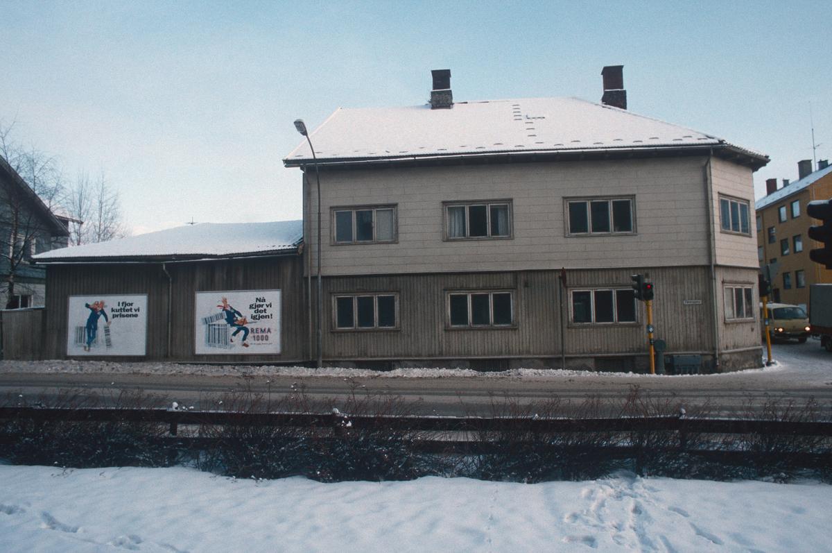 Lillehammer.  Fåberggata 101.  Sett mot øst.  Fåberggata i forgrunnen.  Tomtegata i høyre billedkant.  Huset med uthus ble revet for nytt posthus.