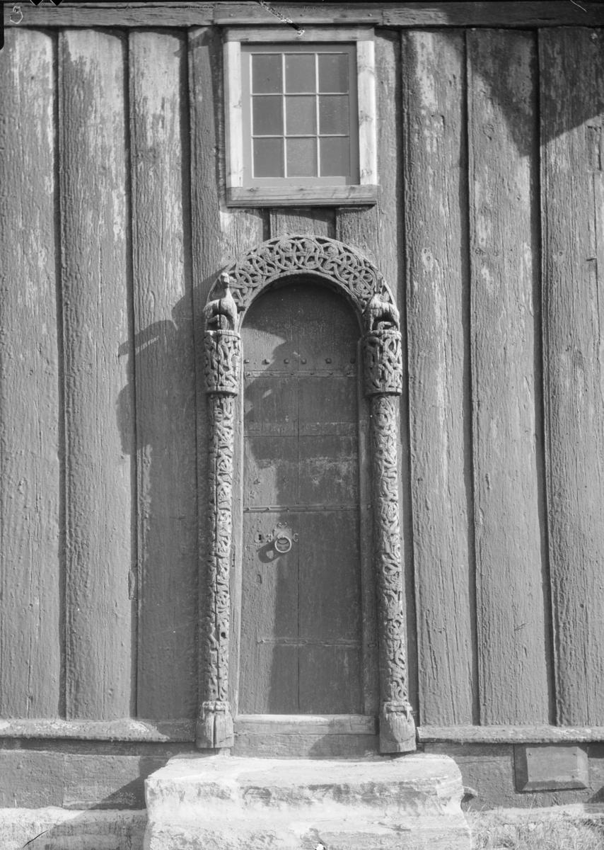 Lom Stavkyrkje, nordportalen med utskjært ranker og løver