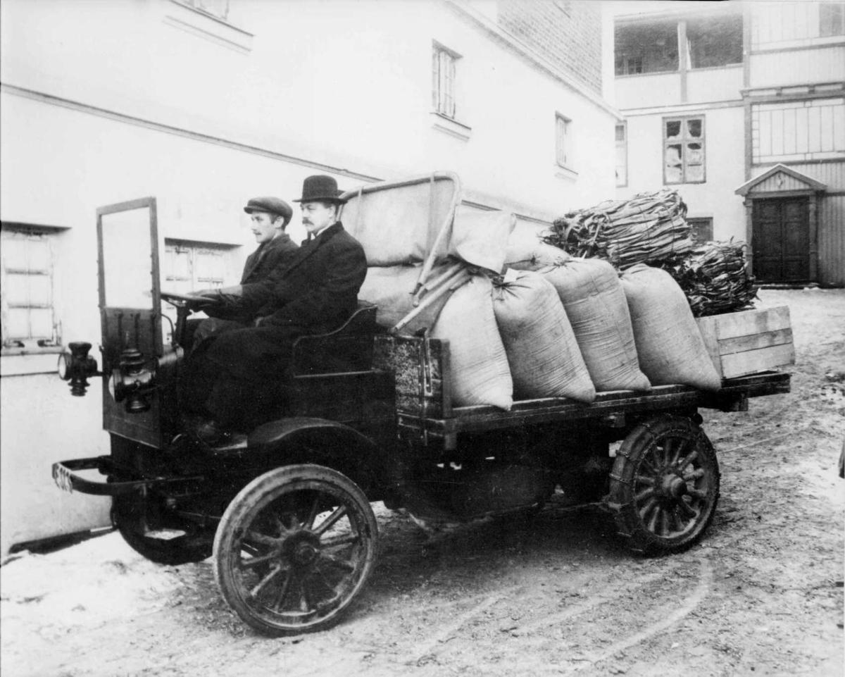Repro: Lastebil E-313 av merke Auto-car tilhørende firma Thor Bergseng, foto i forretningens bakgård