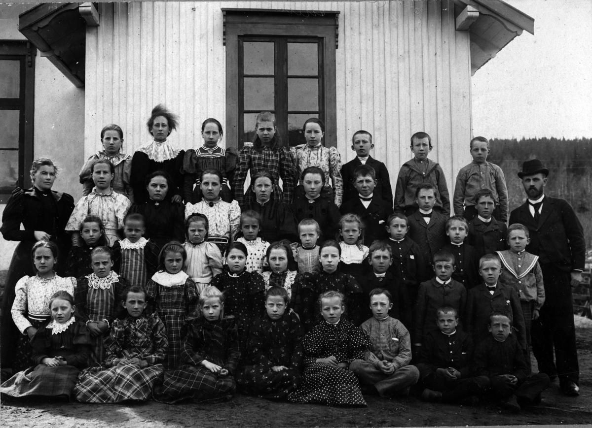 Torgerstuen skole 1895-1896 Elever og lærere: Pauline Løken t.v. og Ole Gillbo t.h.