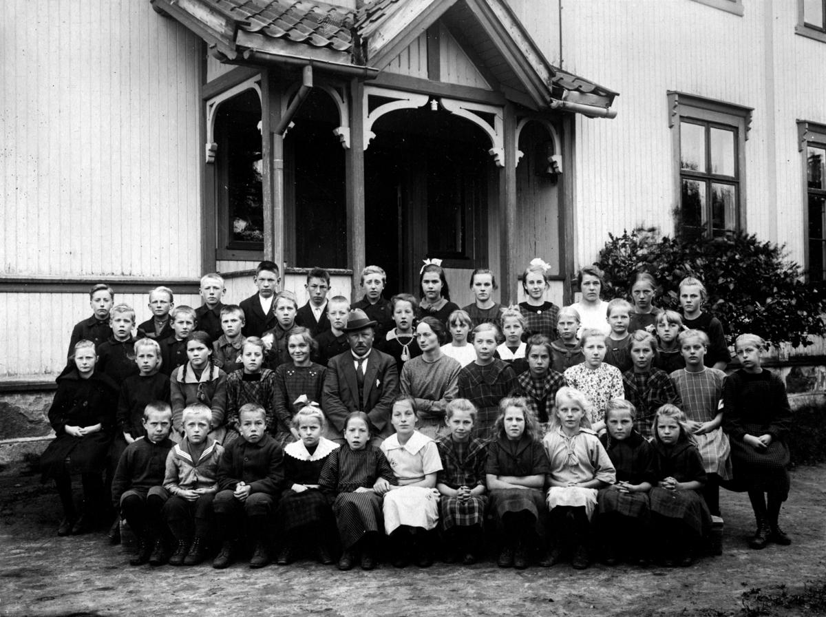Torgerstuen skole 1922-1923. Elever og lærere: O.H. Haugen og Anne Mellum i midten.