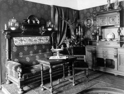 «Møblerne lages oftest i eketræ i svære overlessede former med de mest plumpe og overdrevne profiler uten forhold og propotioner.»