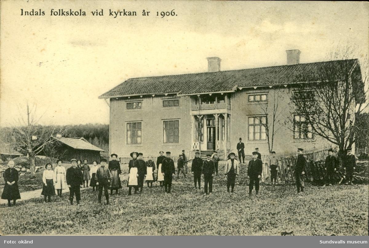 Vykort med motiv över Indals folkskola vid kyrkan.