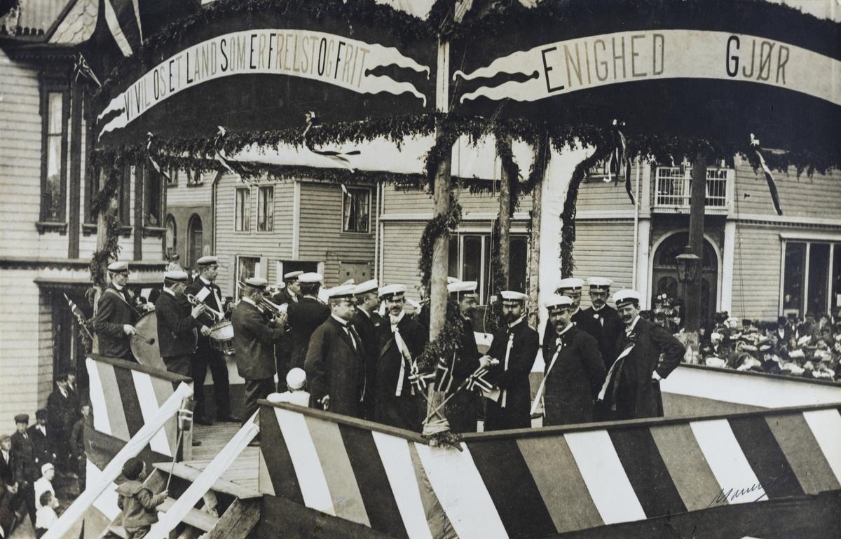 Strandgata sett mot nordøst, 17. mai 1905.