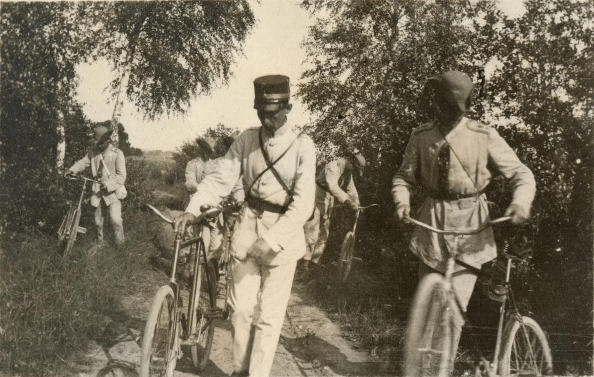Soldater med cyklar.