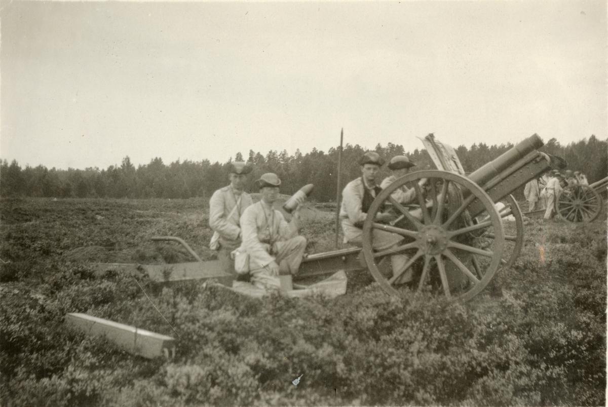Skjutövning med 10,5 cm haubits m/1910 för elever på Krigsskolan Karlberg.