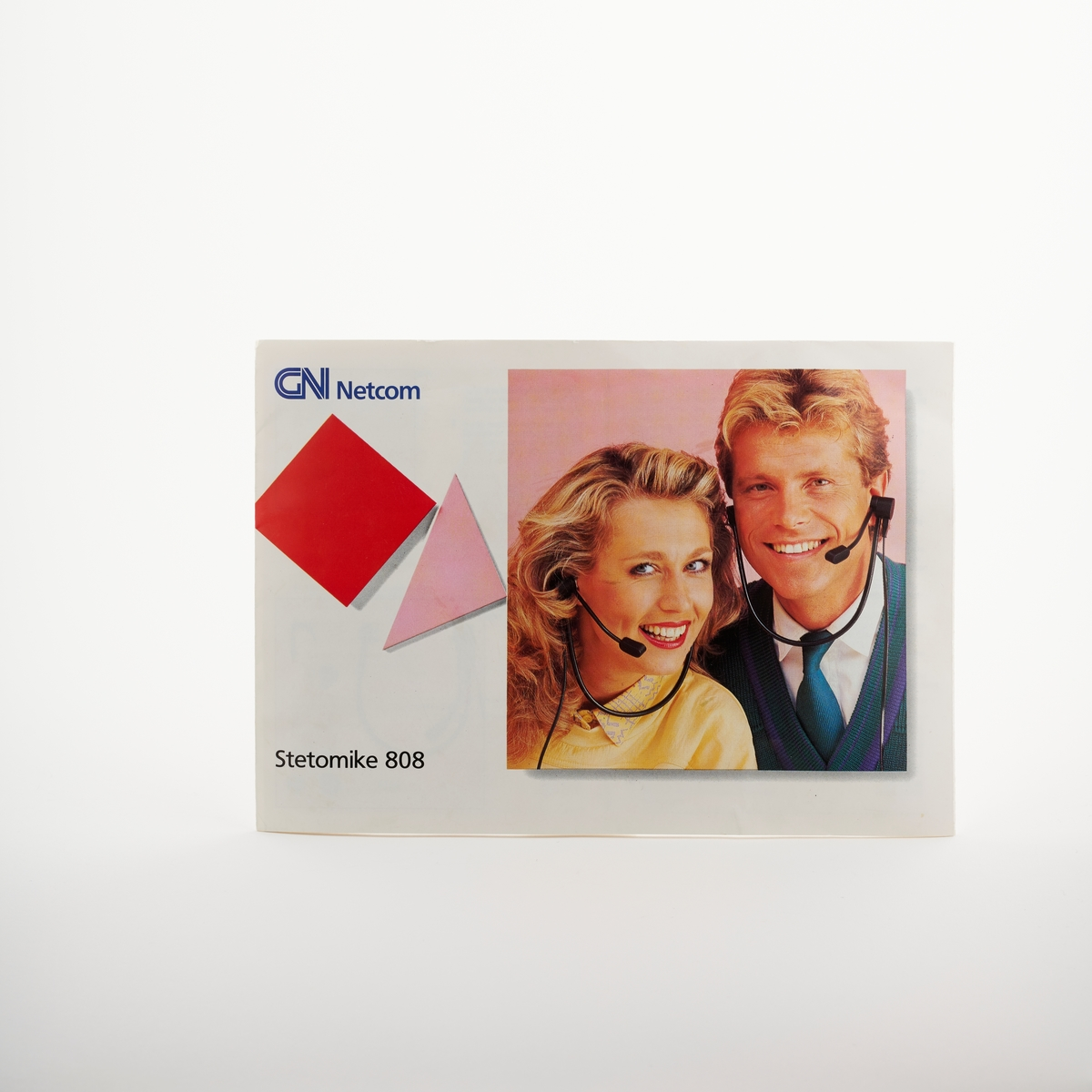 Bilde av en kvinne og en mann med hodetelefoner, bilder av delene til hodetelefonen og hvordan man bruker den.