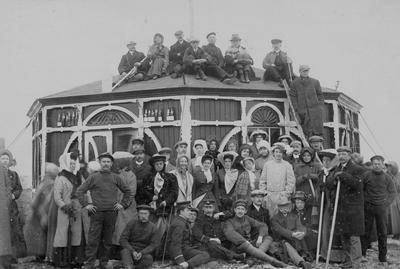 Turister ved paviliongen på Nordkapp rundt 1900