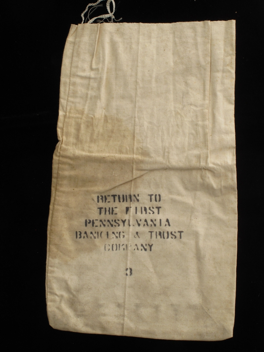 Pose av bomullslerret. Med påmalt tekst i sort:  Return to the First Pennesylvania Banking & Trust Comapny / 8