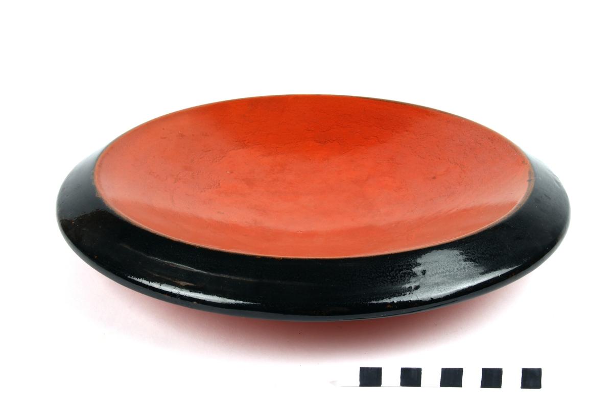 Uranrød fat med sort glasurkant.
