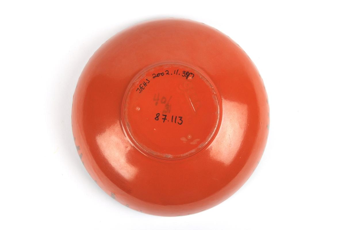 Uranrød skål med sort glasurkant.