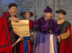 Truid leser opp dårlige nyheter for Biskop Mogens. (Foto/Photo)