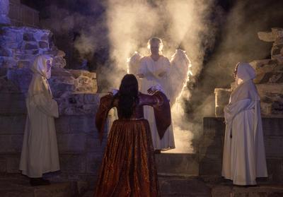 En engel stiger fram fra lys og røyk for å hente den døde Jomfru Karine. (Foto/Photo)