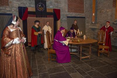 Et viktig møte finner sted mellom Jomfru Karine, Halvard bonde, Knut kannik, erkebiskopen, kardinalen og Biskop Mogens. (Foto/Photo)