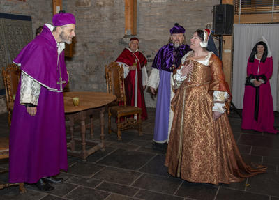 Erkebiskop Olav Engelsbretsson møter Jomfru Karine på Hamar. Tilstede i bildet er også Biskop Mogens og Pavens kardinal. (Foto/Photo)