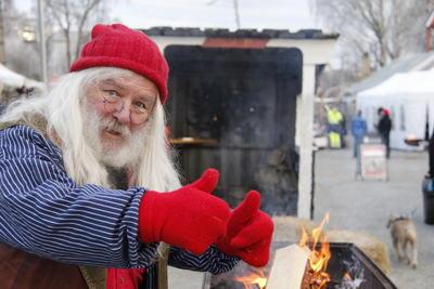 Julenisse viser tomlene opp.. Foto/Photo