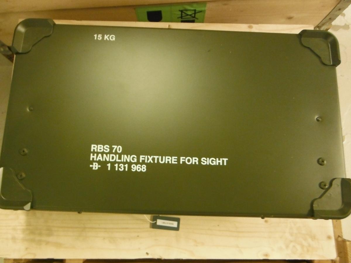 Metallkasse inneholdende håndteringsutstyr for sikte til RB-70.