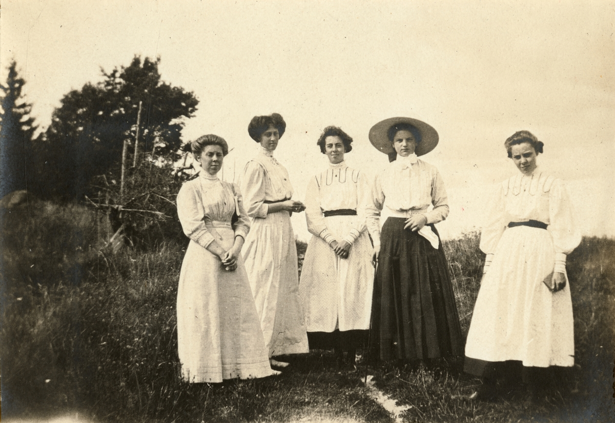 Sofia De la Gardie, Ebba De Geer och tre okända unga kvinnor.