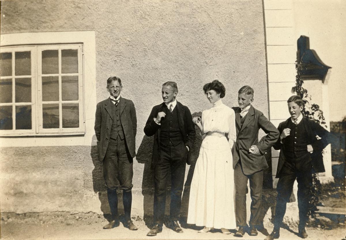 Gösta, Carl och Gerard De Geer tillsammans med Johan De la Gardievid och okänd kvinna vid Korsnäs gård, Grödinge.