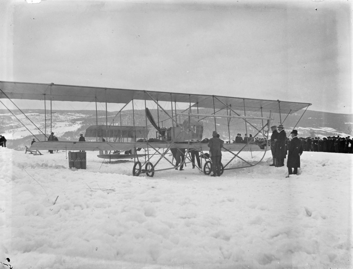 Første flybesøk i Lillehammer. Kaptein Einar Sem-Jacobsen og Roald Amundsen har landet på Lysgårdsjordet
