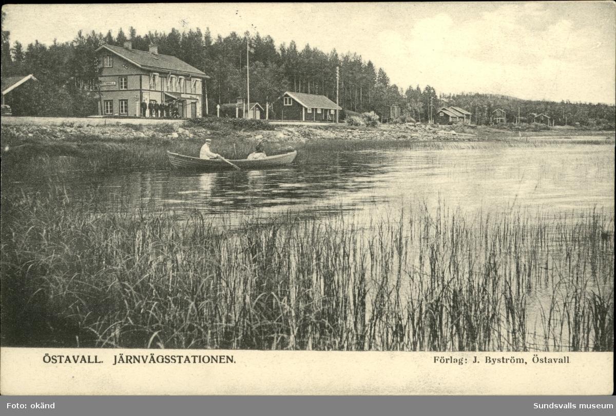 Vykort med motiv över Järnvägsstationen i Östavall.