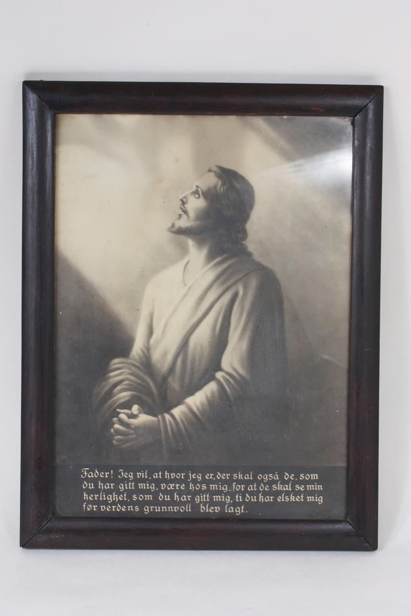 """Motivet er Jesus i bøn, ein variant av den svenske kunstnaren Bertha Valerius sitt """"Jesus i bønn"""" frå slutten av 1800-talet. Trykket er i svart/kvitt. Under motivet er trykt bønetekst i gotiske boktavar, sjå undet Innskrift. Konveks treråme.  På baksida skrive med blyant: kr. 1,25- S. R. Sjå også SUM.08175, SUM. 08176, SUM.06000."""
