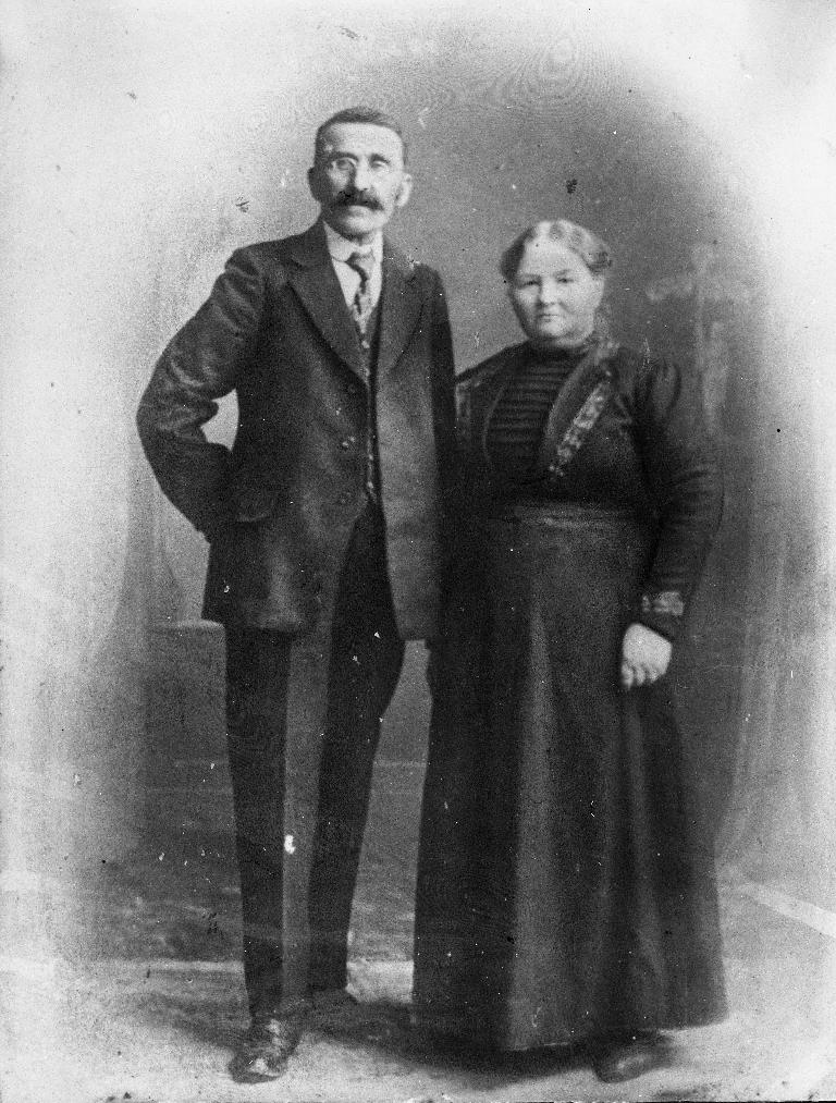 Reinert Kverneland (1851 - 1931) og kona Marta f. Høyland (1856 - 1943). Dei starta butikk i 1900.