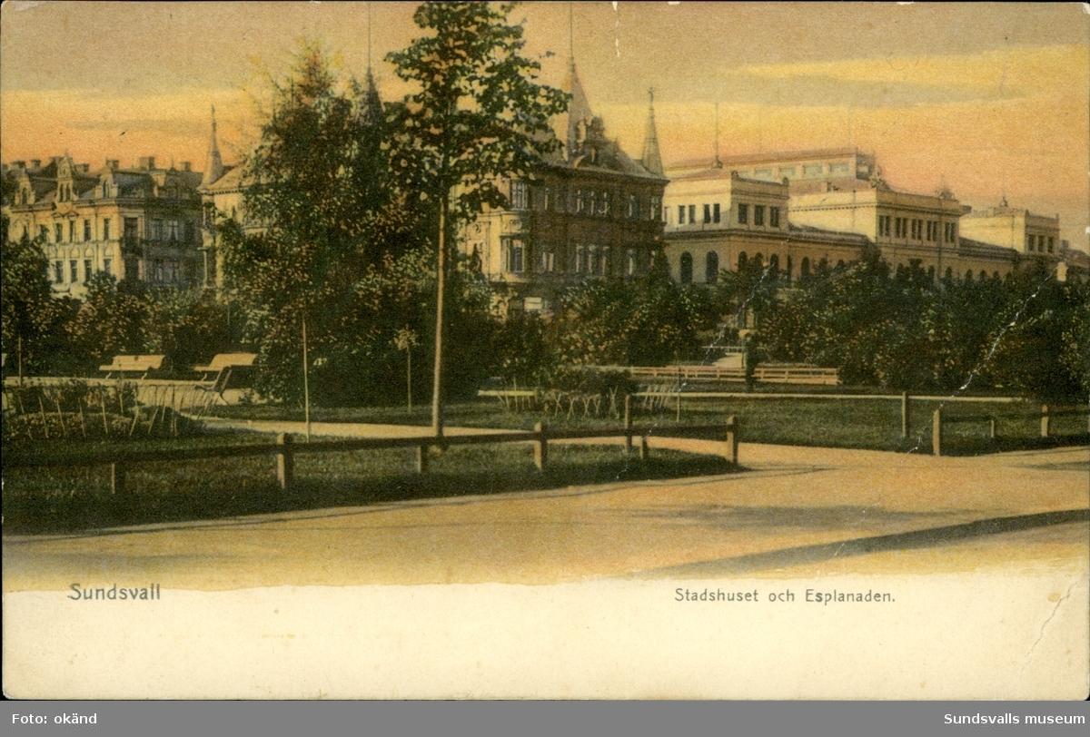 Vykort med motiv över Stadshuset och Esplanaden i Sundsvall.