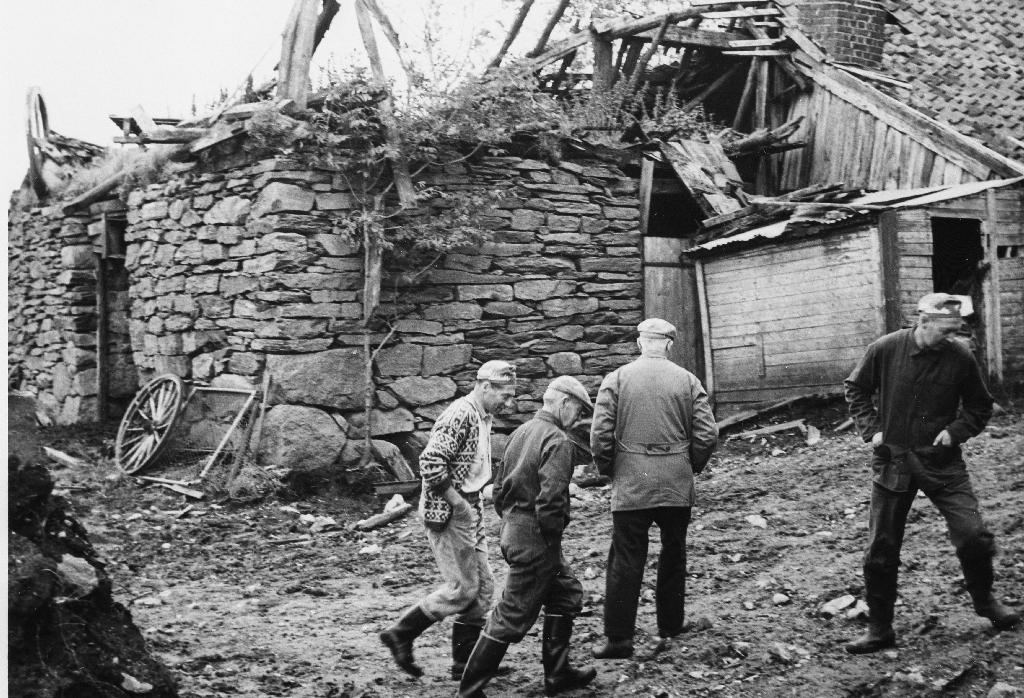 Utanfor Garborg gruva. Det nedfalne uthuset er nå (1990) borte.