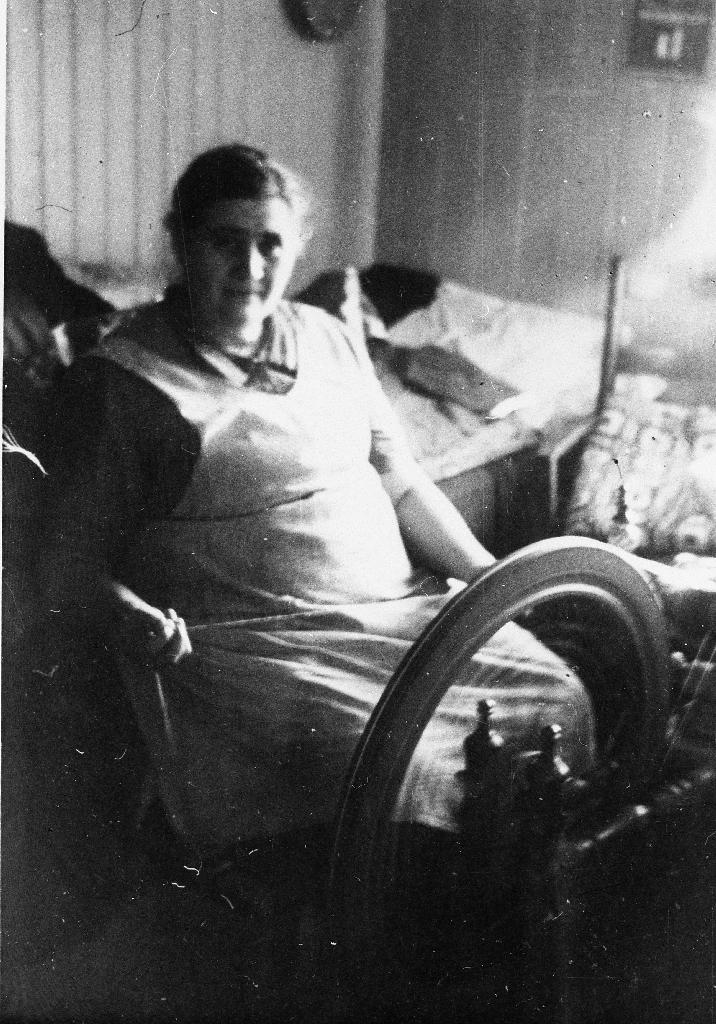 Laura Amalie Undheim (Krusarholen) (2.8.1880 - 5.1.1931) ved rokken. Ugift.  Sjå også 1990.1TIM.1.049.