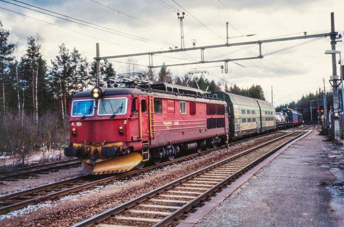 Elektrisk lokomotiv El 14 2197 med godstog på Sandermosen stasjon