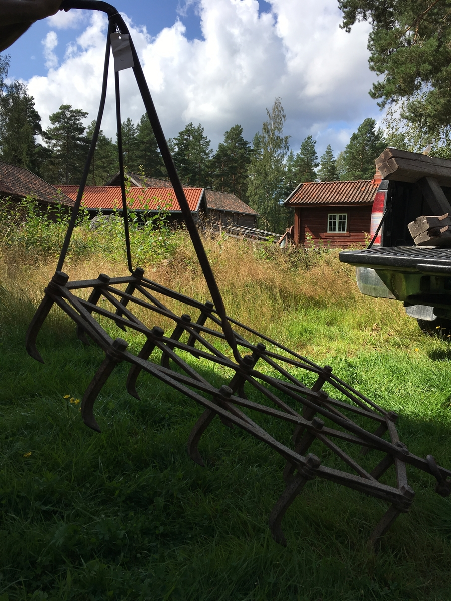 Serieprodusert harv med høyderegulering på trekkpunkt. 17 tinder som er skrudd fast i ramma.Jordbruksredskap til hest hovedsakelig brukt av menn.  Tilstand god