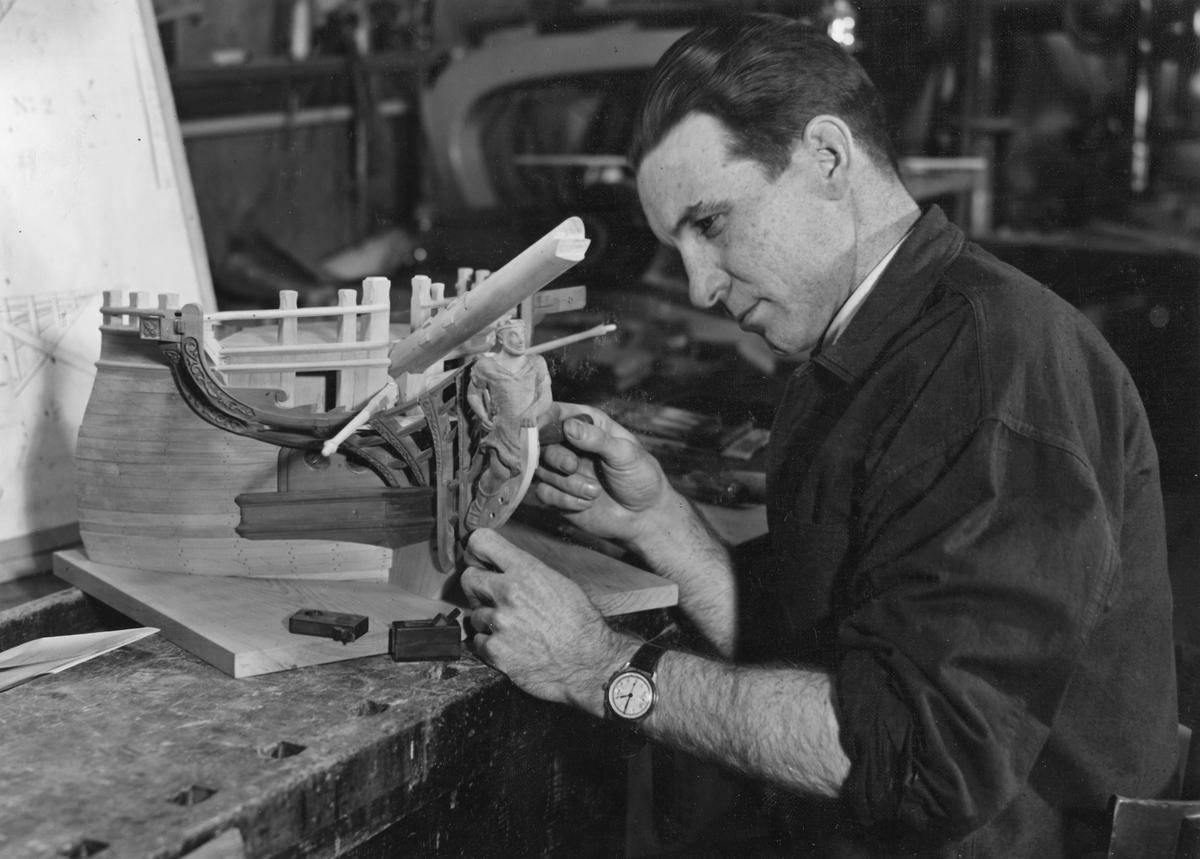 Sjöhistoriska museets modellverkstad. Modellbyggare Voldemar Konga arbetar på en stävmodell.