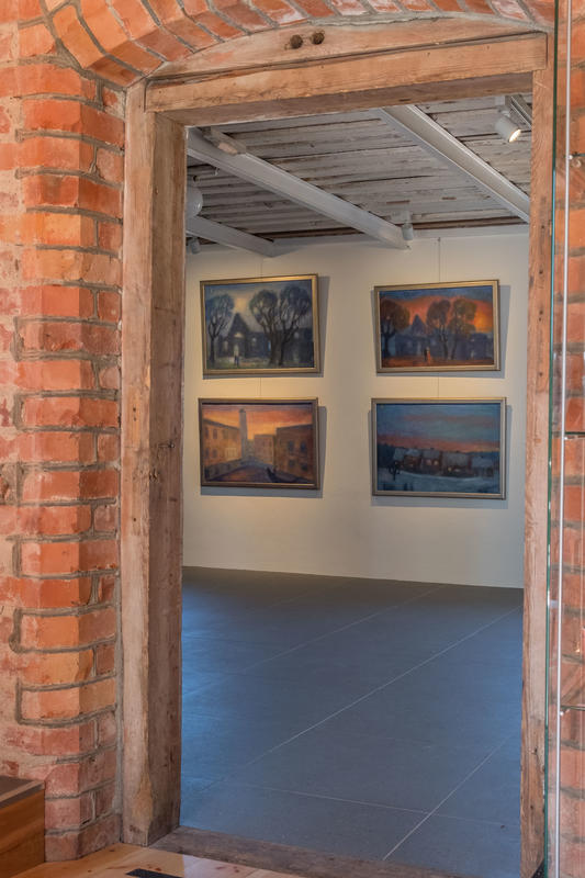 En kikk inn i galleriet fra kafeen. Malerier av Haakon Engelsen på veggen. Foto: Øivind Möller Bakken, MiA. (Foto/Photo)