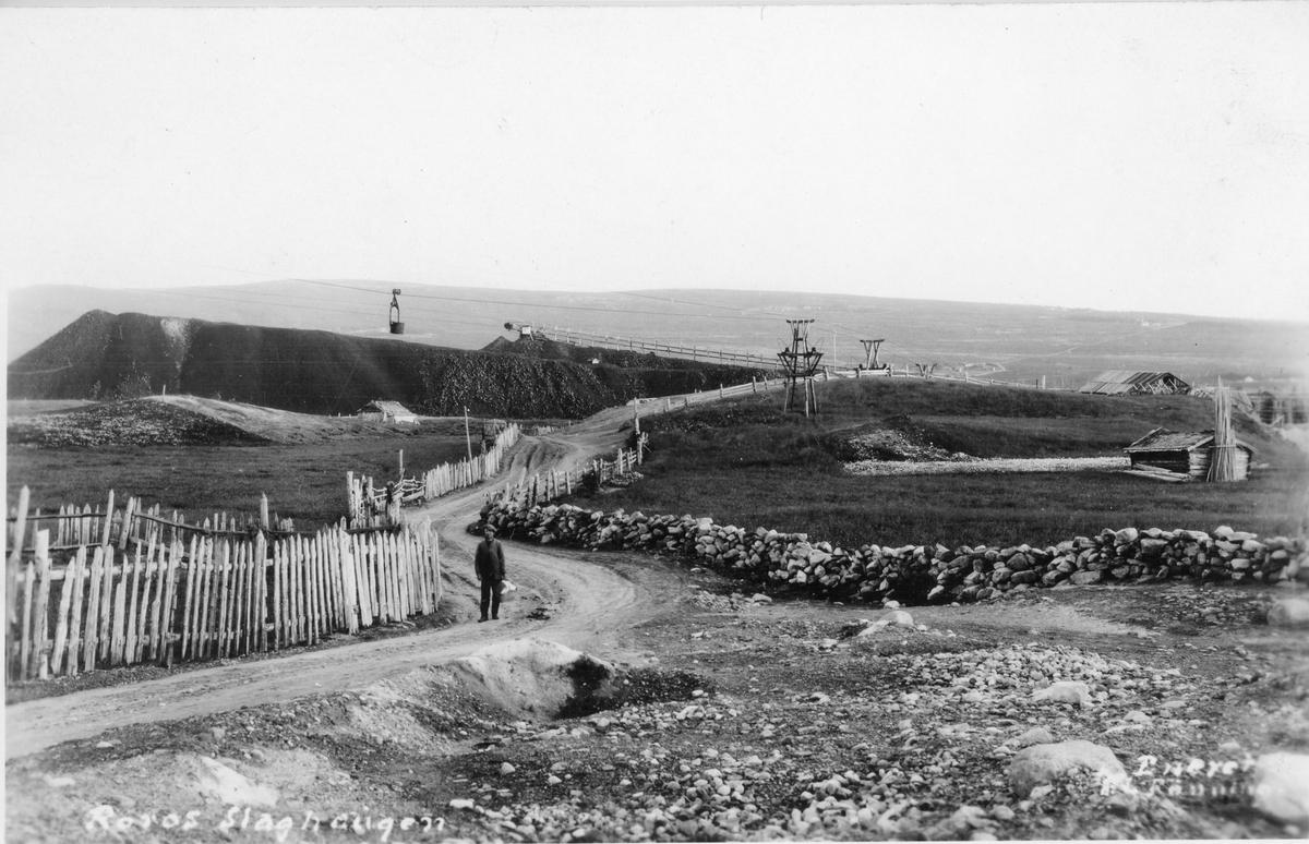 Ramhagagjellen og slagghaugan sett fra nord. Taubanen fra Storwartz til smeltehytta på Røros sentralt i bildet
