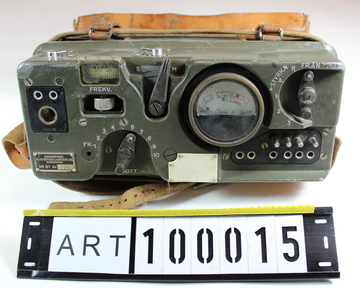 Radiostation avsedd för telefoni och tontelegrafi. Frekvensomfång: 22 - 28 Mhz. Stationen är uppdelad i två bördor: Apparatlåda med innehåll och Batterilåda med innehåll. Den senare saknas hos ind. nr 1001.  Vikt och bredd nedan omfattar bara apparatdelen.