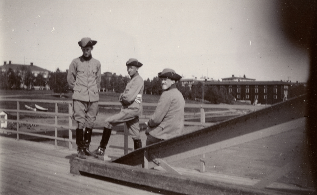 Norström, John Erik Helmersson Berzelius Normelli och Fredrik Alexander Berglund på Umeå bro.