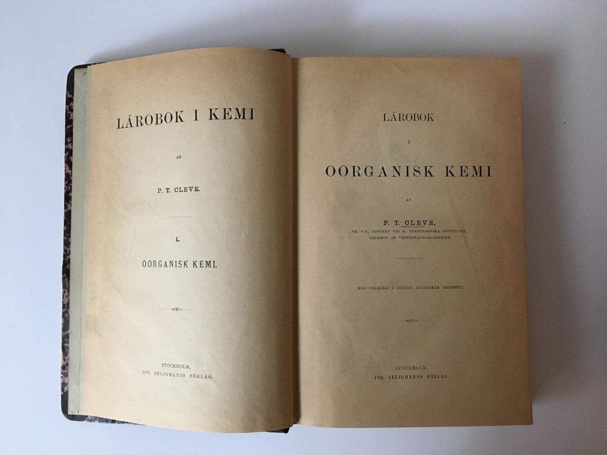 """Lärobok i Kemi, två band. Ryggtitel: """"Cleve. Oorganisk kemi"""" respektive """"Cleve. Organisk kemi"""".  Marginalanteckningar och markeringar."""