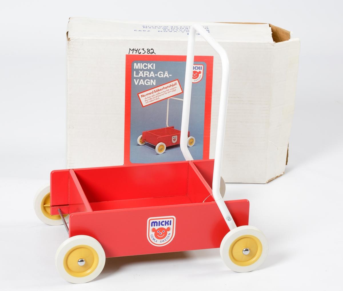 Vagn (lära gå-vagn) tillverkad av rödlackerade träfiberplattor (karlitboard). Den har ett vitlackerat handtag av böjt stålrör, fästat vid bakhjulens axlar.  Hjulen är av vit plast med gula nav. På insidan av naven sitter en ställskruv med vilken man kan göra så att de går tyngre att rulla. Vagnkorgen består av fem delar, botten, sidor och gavlar.  Vagnen är avsedd för gångträning av små barn, ett till två år.  Vagnen är förpackad i en vit kartong med färgbild utanpå och text på engelska, tyska, franska och svenska.