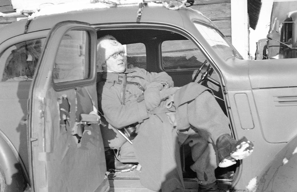 Sergeant under vila i Volvo personbil. Volvon är en PV 51-56 och fotografiet är taget före 1941 då den inte är fyrfärgskamouflage målad. Volvon har en 6-cylindrig EC sidventilsmotor på 86 hk.