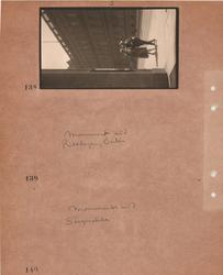Motiv: Utlandet, Berlin 114 - 146 ; Gatuvy med en kvinna oc
