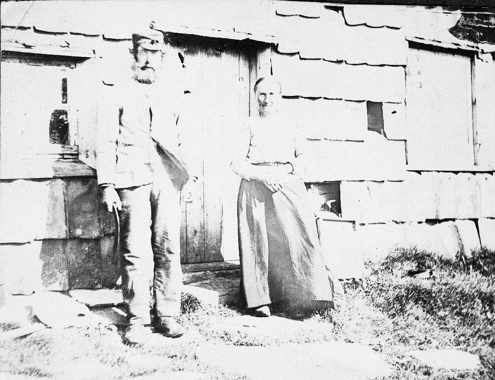 Thomas Endreson Høyland (1851 - 1934) og kona Marie Berland (1849 - ). Thomas var kyrkjetenar i Time i 20 år. Han løyste ut eigendomen (bruk 22/13) i 1904 som tidlegare låg under Lye prestegard. Sjå side 170 i Time gards- og ættesoge.
