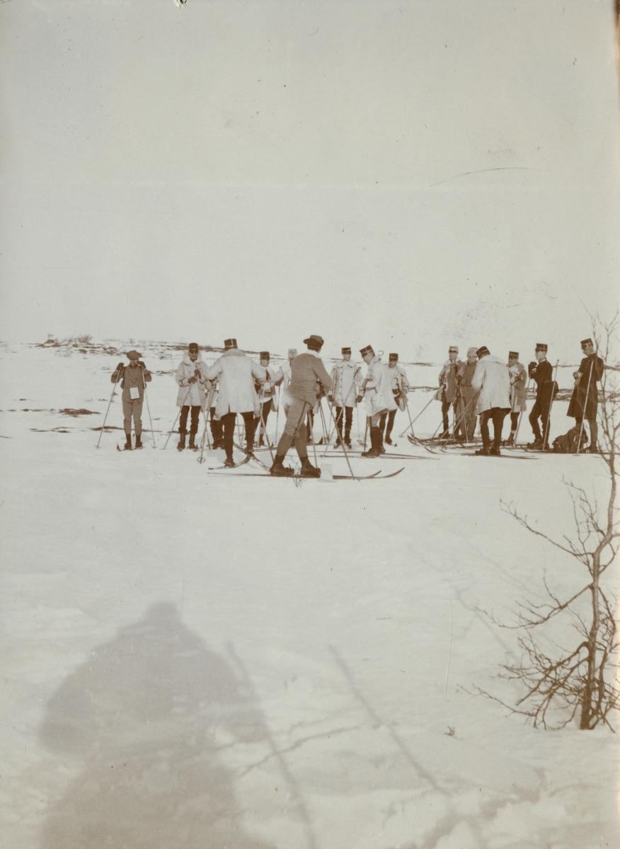 """Text i fotoalbum: """"Kungl. Krigshögskolans vinterfältövningar 1910. Nedanför Visjövalen""""."""